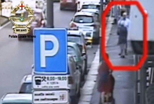 Il truffatore ripreso dalle telecamere mentre ritira il denaro