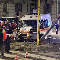 L'ambulanza distrutta dopo lo schianto con un'auto dei carabinieri