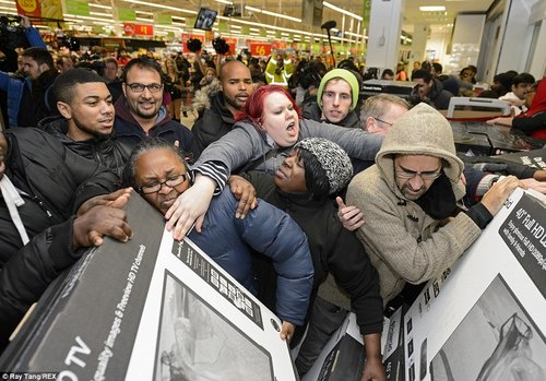 Scene di ordinaria follia durante il Black Friday negli Stati Uniti