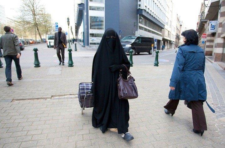 Esempio di velo Niqab (che rende visibile solamente gli occhi della donna)