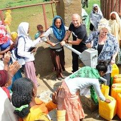Raffaele Brattoli ed Elisabetta Cipollone in Etiopia, all'inaugurazione di un nuovo pozzo
