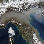 Dalla foto satellitare si riscontra l'alto inquinamento della Pianura Padana
