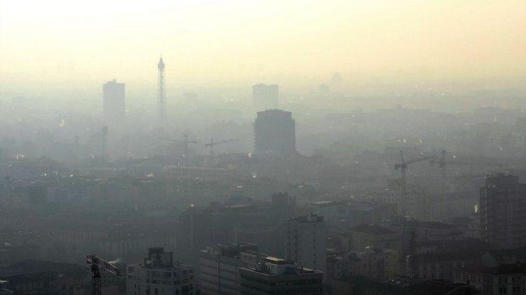 Una foto della città di Milano sommersa dallo smog