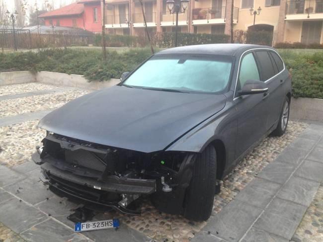 Una delle auto saccheggiate a San Bovio