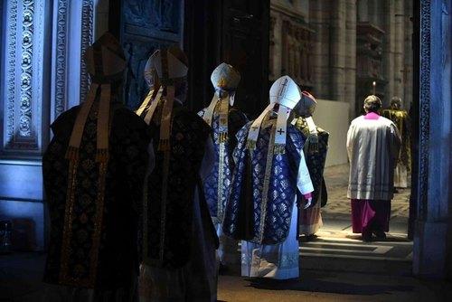 L'ingresso attraverso la porta santa del Duomo