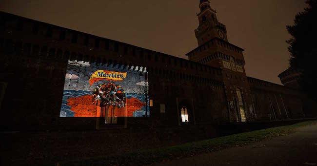La proiezione di Greenpeace sul Castello Sforzesco