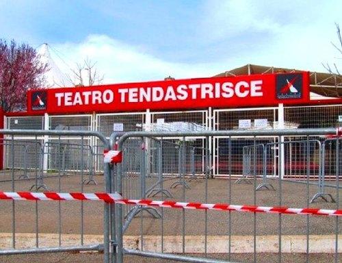 L'ingresso chiuso del Teatro Tendastrisce