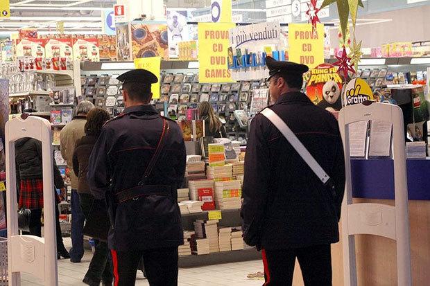 Due Carabinieri in un Centro Commerciale