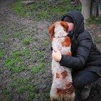 Diana B. coccola un cane da caccia
