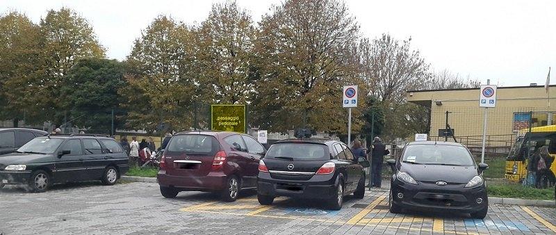 Una foto scattata da un papà mostra un'auto parcheggiata proprio di fronte al passaggio pedonale