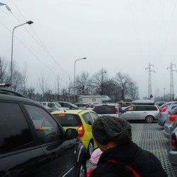 Sono da poco passate le 16.30: si registra l'apice del caos nel parcheggio dell'Istituto Rita Levi Montalcini