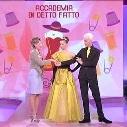 A sinistra Veronica Rivalta, mentre presenta l'abito