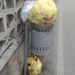 Rifiuti domestici nei cestini pubblici