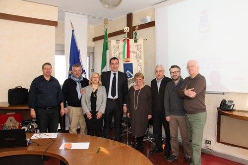Andrea Checchi (al centro) con gli altri firmatari dell'accordo