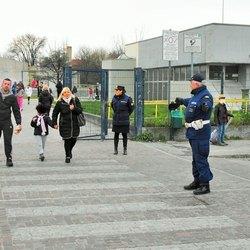 Paola Saraceno e Carlo Murgese all'uscita della scuola elementare in via Di Vittorio