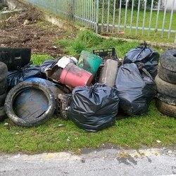 I rifiuti tirati fuori dalla Roggia Crosina