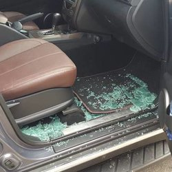 Le condizioni dell'auto dopo l'assalto dei rapinatori