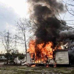 La baracca incendiata per protesta