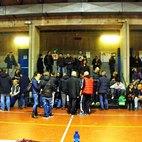 Il pubblico che ha partecipato all'assemblea nella palestra in via Di Vittorio