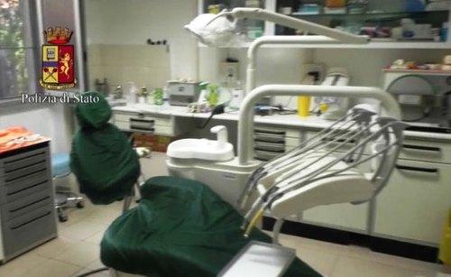 Lo studio del falso dentista smascherato dalla polizia
