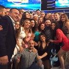 Foto di gruppo con Paolo Bonolis, Lara Santambrogio indossa un vestito rosso