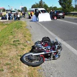 Il luogo dell'incidente e la moto del centauro deceduto