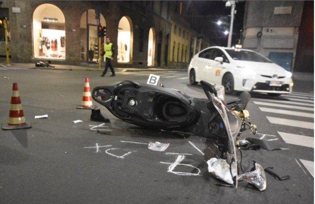 Lo scooter distrutto sul luogo dell'incidente