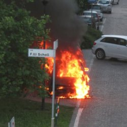 L'auto in fiamme a Melegnano