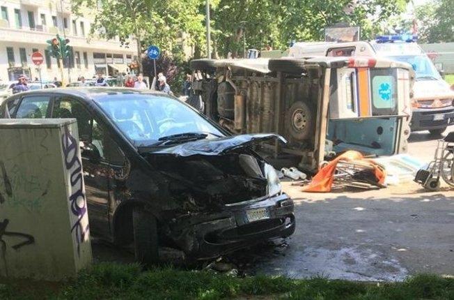L'ambulanza capovolta e la Mercedes distrutta