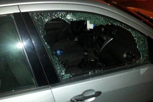 Il finestrino dell'auto rotto dai malviventi