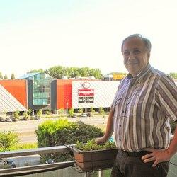 Alessandro Santucci, sul balcone della propria abitazione