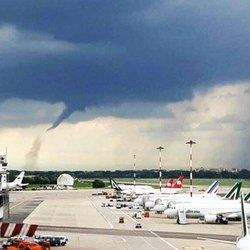 La formazione della tromba d'aria, foto di Edoardo Mazza via Twitter