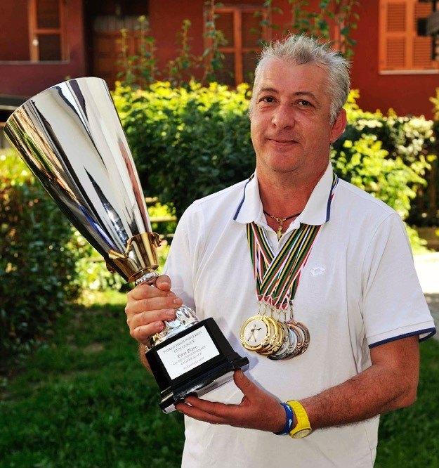 Giacinto Losi, con le medaglie e la coppa di vincitore