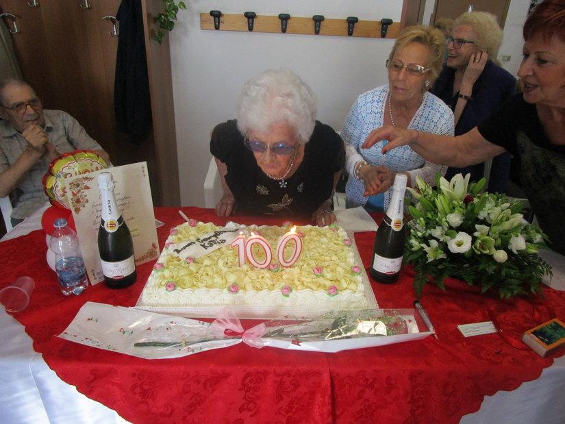 Non manca il fiato a nonna Catina per spegnere le candeline