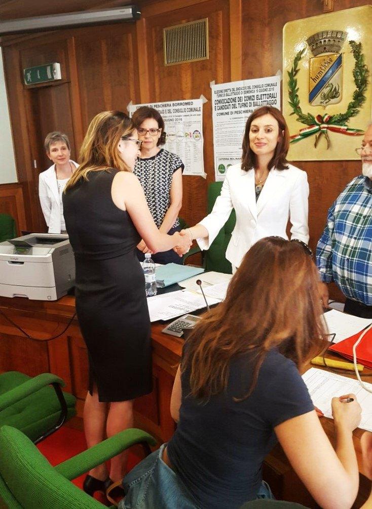 Caterina Molinari stringe la mano al magistrato Federica Profumieri