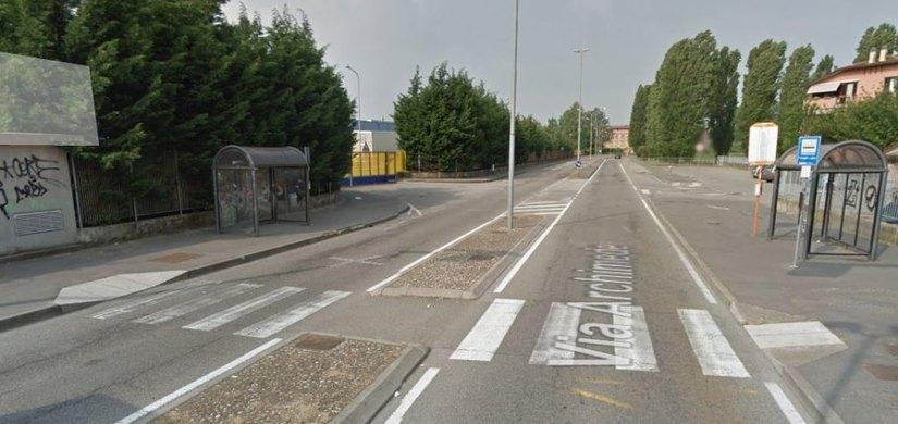 L'attraversamento pedonale in via Archimede a Linate