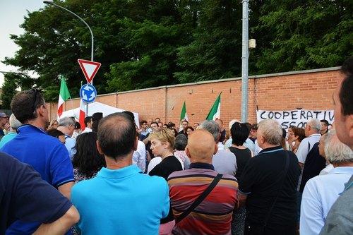 I cittadini presenti alla manifestazione contro la tendopoli