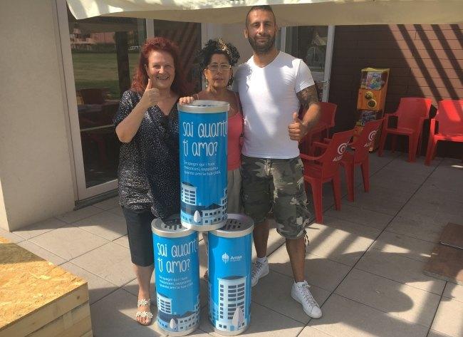Santina Bosco (a sx) consegna i contenitori ai nuovi gestori del bar del Centroparco