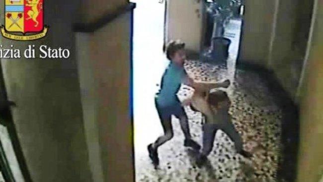 Una delle aggressioni nei filmati della polizia