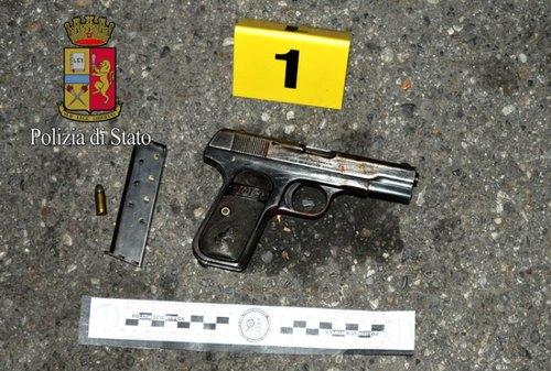 La pistola rinvenuta sul luogo della rissa
