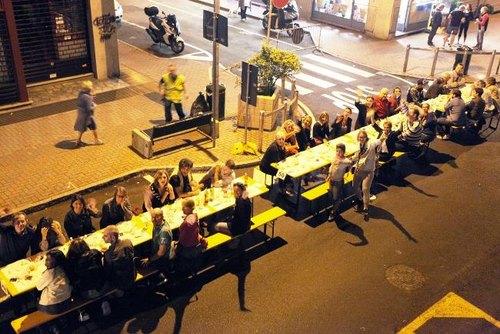 Un momento della cena solidale di via Libertà