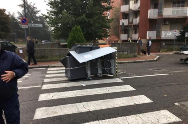Il bancomat abbandonato per strada
