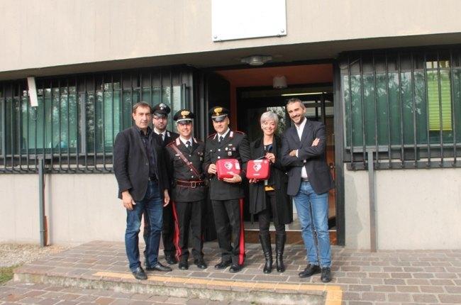 La consegna dei defibrillatori ai carabinieri