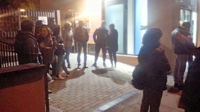 I cittadini in strada dopo aver appreso la notizia