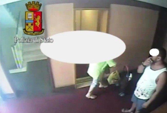 L'aggressore in azione nelle immagini della polizia