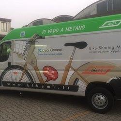 Uno dei nuovi furgoni a Metano  per il trasporto delle bici