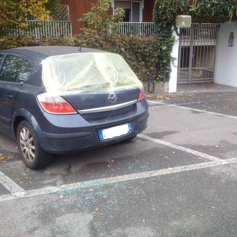 Una, delle auto danneggiate