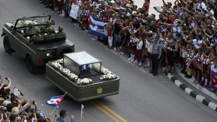 La salma di Fidel Castro per le vie dell'Avana