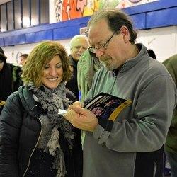 Flavio Oreglio firma una copia del libro