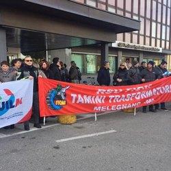 I lavoratori durante la manifestazione del 1° dicembre